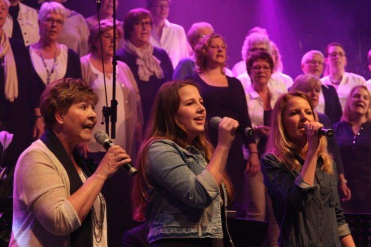 Shanty en gospel tijdens Volkskerstzang in kerk - Sliedrecht24 Smarties Papendrecht