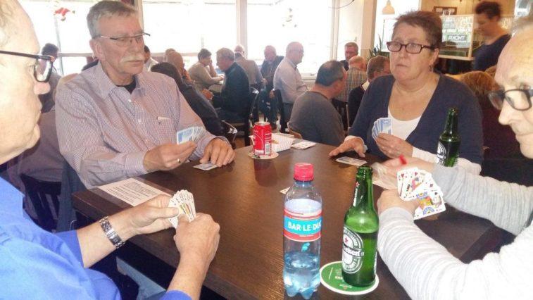 Tientallen leggen hun kaarten op tafel bij v.v. sliedrecht