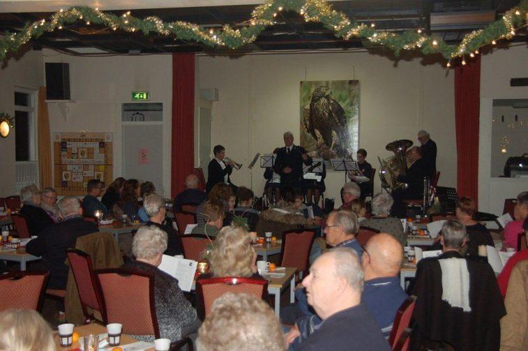 Het muziekkorps van het Leger des Heils verleende maandagavond medewerking aan het kerstfeest.(Foto Martin Dekker / Sliedrecht24)