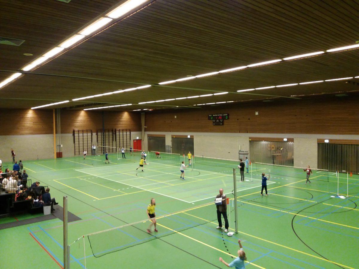 Jeugd vermaakt zich tijdens SchoolBadmintonToernooi ... Badminton Toernooi Nl
