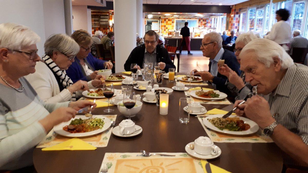 gezelligheid bij gezamenlijke maaltijd in overslydrecht