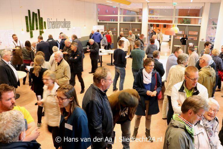Vóór binnenkomst werden de bezoekers via een introductiefilmpje op een groot TV-scherm 'begroet' door wethouder van Milieu en Duurzaamheid Ton Spek (CDA), die tevens in de zaal aanwezig was. Zoals op de foto te zien is, was de opkomst groot. (Foto Hans van der Aa / Sliedrecht24)