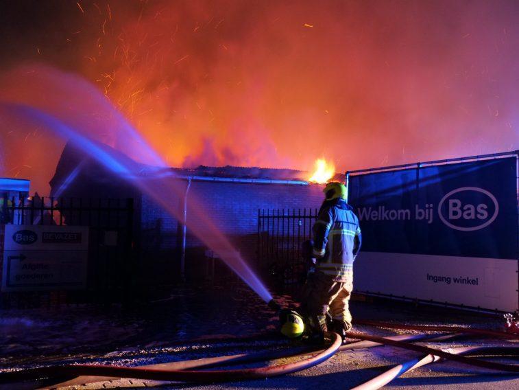 Brand bij kledingmagazijn Bas van Zessen. (Foto Ruben van der Sterren / Sliedrecht24)