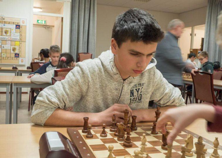 Willem Theunisse staat in de snelschaakcompetitie aan kop. (Foto schaakvereniging Sliedrecht)